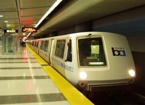 Tren de alta velocidad en la terminal del aeropuerto internacional de San Francisco.